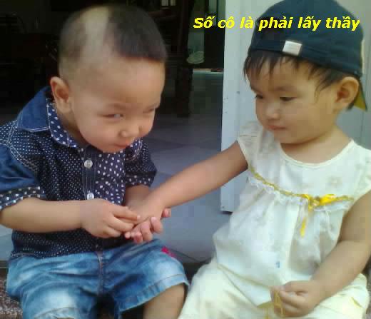 2 đứa trẻ sờ tay nhau