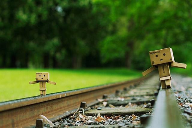 Người gỗ Danbo đi bộ trên đường ray