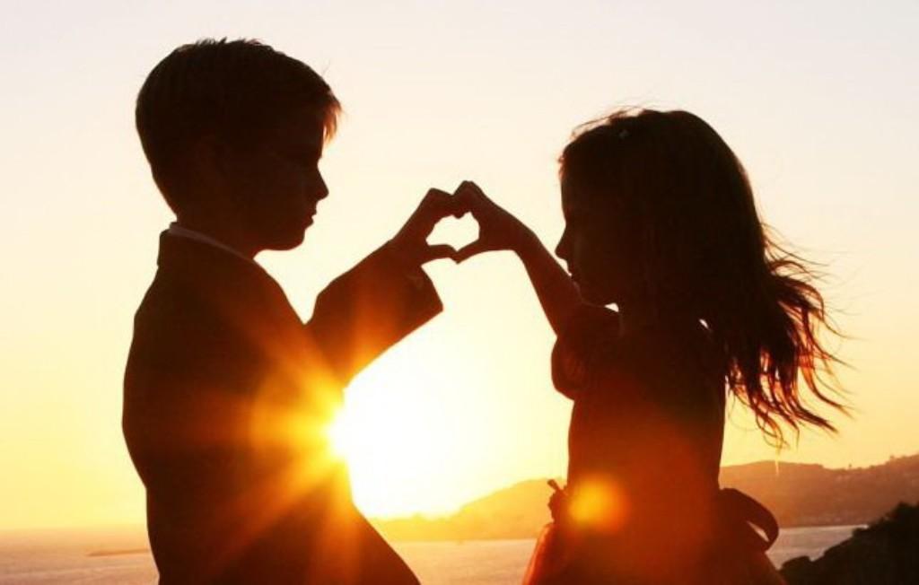 2 đứa trẻ ghép hình trái tim