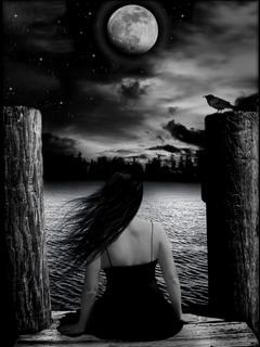 Ảnh trắng đen về thiếu nữ buồn ngắm trăng